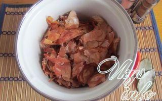 Вареное сало в луковой шелухе со специями и чесноком