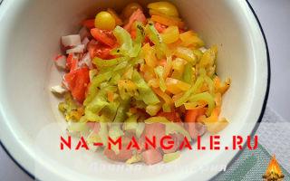 Салат с курицей и крабовыми палочками: топ-3 рецептов